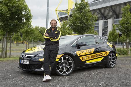 """Opel markiert im Zusammenspiel mit fußballbegeisterten Familien und Opel-Händlern den nächsten Treffer beim Sport-Sponsoring. Unter dem Titel """"Opel Family Cup 2013 – powered by Jürgen Klopp"""" schreibt das Unternehmen eine einzigartige Wettbewerbsserie aus. Den acht erfolgreichsten Teams winkt das große Finale im September, das im Rahmen eines Bundesliga-Heimspiels des Opel-Partnerclubs Borussia Dortmund stattfindet"""