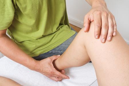 Mit sanften Griffen löst der BOWTECH-Anwender verklebte Faszien im Gewebe und aktiviert gezielt die Selbstheilungskräfte des Körpers.  (Bildnachweis: BOWTECH Deutschland e. V.)