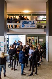 Großer Andrang zum 20. Jubiläum: Zahlreiche Studierende nutzen die Möglichkeit, auf der Firmenkontaktmesse an der Hochschule Osnabrück potentielle Arbeitgeber kennenzulernen / Foto: Sarah Häring
