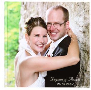 In einem CEWE FOTOBUCH lassen sich die schönsten Hochzeitsmomente für immer festhalten.