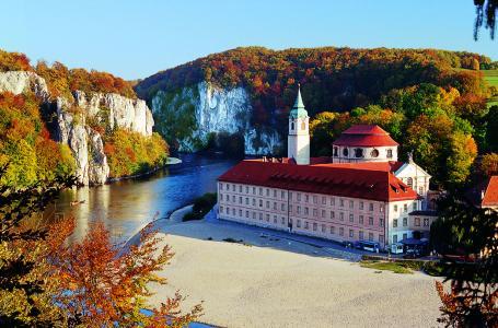 Auch Bayerns ältestes Kloster, Kloster Weltenburg am spektakulären Donaudurchbruch,  bietet mittlerweile weltlichen Gästen die Möglichkeit zum Klosterurlaub - zur Auszeit von der Hektik und dem Stress des Alltags. Foto: obx-news/Tourismusverband Kelheim