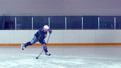 Der Kanadische Eishockey Profispieler Shea Weber versucht mit dem historischen Schläger einen harten Schuss / Shea Weber / Foto: Kevin Rigney, Copyright: Berlin Producers Media GmbH / Pre TV