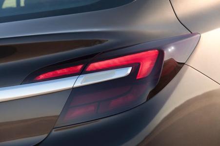 Ausgeprägte Flügelgrafik: Die Rück- und Bremsleuchten des neuen Opel Insignia verfügen über effiziente LEDs