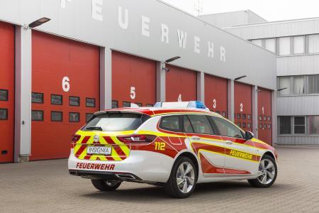 Auffällige Signalfarben: Dank seiner rot-gelben Beklebung ist der Opel Insignia Sports Tourer sofort als Kommandowagen erkennbar