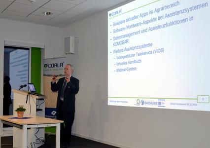 """Prof. Dr. Clemens Westerkamp vom Kompetenzzentrum COALA begrüßte die Teilnehmerinnen und Teilnehmer und referierte zum Thema """"Assistenzsysteme aus Sicht der Hard- und Software"""""""