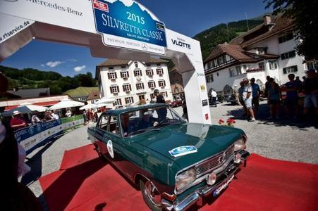 Zieleinfahrt: André Lange, Opel-Markenbotschafter und viermaliger Bob-Olympiasieger, steuert seinen Opel Rekord B durch den Zielbogen am ersten Tag der Silvretta Classic