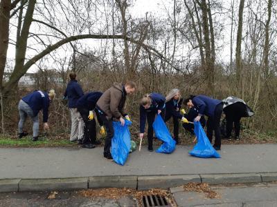 Mitarbeiter sammeln Müll