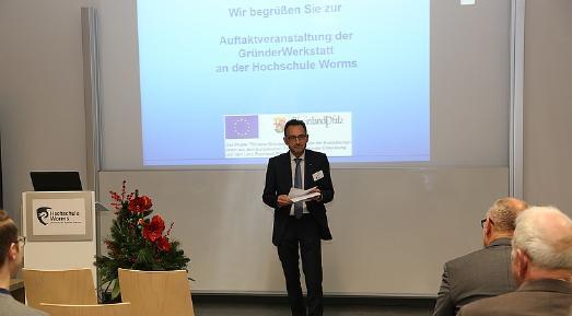 Vizepräsident Prof. Dr. Henning Kehr brachte bei der Eröffnung der Veranstaltung seine Freude darüber zum Ausdruck, dass sich an der Hochschule Worms eine so junge und dynamische Gründerszene entwickelt (Foto: Hochschule Worms)