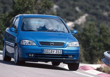 Startschuss 1999: Mit dem ersten OPC-Modell – dem 118kW/160 PS starken Astra G – läutet Opel eine neue Ära ein und verabschiedet sich vom langjährigen Sport-Kürzel GSi