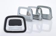 Die verschiedenen Formen eines Modulgriffes für die Automobilindustrie. Vor Rohteil zum verbauten und galvanisierten Endprodukt