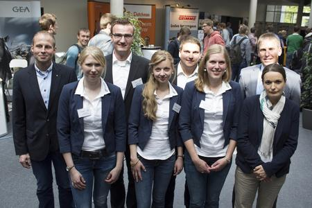 """Fünf Studierende haben die Agrar-Karrieremesse """"Treffpunkt Zukunft!"""" an der Hochschule Osnabrück organisiert. Unterstützung gab es von Eva-Maria Lammers vom Career Center der Hochschule (1. Reihe, 1. von rechts) und Prof. Dr. Heiner Westendarp, Professor im Bereich Tierernährung (2. Reihe, 1. von rechts)"""