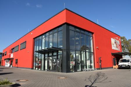 """Das """"Rote Haus"""" in Bonn-Beul: Große Glasfronten sorgen für viel Tageslicht in den Ausstellungsräumen der Firma Küpper"""