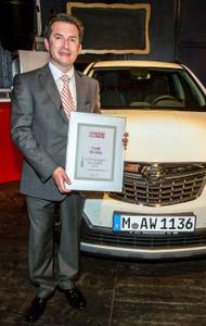 Stolzer Preisträger: Carsten Saile, Vertriebs-Direktor Opel Deutschland, nimmt die Urkunde für den ersten Platz des Mokka entgegen