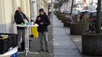 Die Gäste nehmen Speisen und Getränke jetzt vor der Wohnungslosentagesstätte in Berlin-Schöneberg zu sich. Foto: WoTa Schöneberg