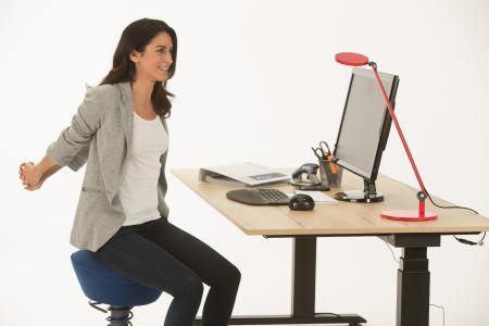 Kleine Bewegungspausen im Büro tun dem Rücken gut. Bild: AGR e. V.