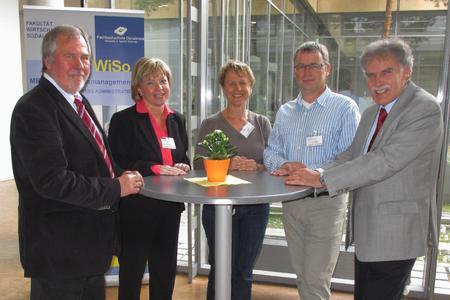 Blicken auf der Fachtagung auf zehn Jahre MBA Gesundheitsmanagement zurück: Prof. Dr. em. Manfred Haubrock, Prof. Dr. Petra Gorschlüter, Ksenija Gajski, Dr. Ralf Siepe und Prof. Dr. Winfried Zapp (von links)