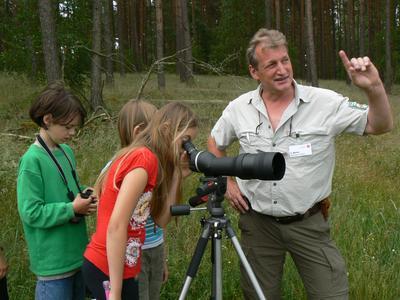 Nationalpark-Mitarbeiter Claus Weber beobachtet mit Junior-Ranger Vogelwelt