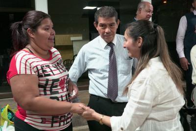 Zulay Herrera, Projektleiterin (re.) begrüßt eine Projektteilnehmerin