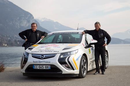 """Der Opel Ampera gewinnt bei seiner ersten Teilnahme die 13. Rallye Monte Carlo für alternative Antriebe. Das französische Duo Bernard Darniche (rechts) und Joseph Lambert (links) konnte sich gegen die Konkurrenz von knapp 130 Fahrzeuge von rund 30 Herstellern durchsetzen. """"Die fortschrittliche Technik des Ampera hat uns auf den verschiedenen Etappen der Rallye zielsicher auf Platz eins geführt"""", lobte Co-Pilot Joseph Lambert (Foto: Adam Opel AG)"""