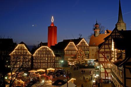 Weihnachtsmarkt unter der größten Kerze der Welt in Schlitz