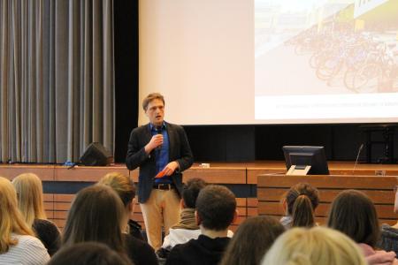Hochschulpräsident Prof. Dr. Andreas Bertram ermutigte die Erstsemester, im Studium auch nach rechts und links zu schauen und sich viel auszuprobieren
