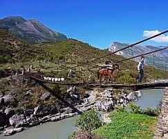Albanien, Hängebrücke auf dem Weg nach Korca