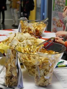 """In dem Modul """"Projekt Lebensmittelproduktion"""" haben drei Studentinnen Apfel- und Birnen-Chips entwickelt. Bald könnten sie in den Osnabrücker Mensen zu kaufen sein"""