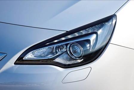 Die unabhängige Verbraucherorganisation Euro-NCAP (European New Car Assessment Program) hat das Opel Sicherheits-Lichtsystem AFL (Adaptive Forward Lighting) mit dem Euro-NCAP Advanced Award ausgezeichnet. Der Astra GTC ist eines der Opel Modelle, das mit dem AFL+ System erhältlich ist. Das System umfasst u.a. Bi-Xenon-Gasentladungsscheinwerfer mit variabler Anpassung des Lichtkegels