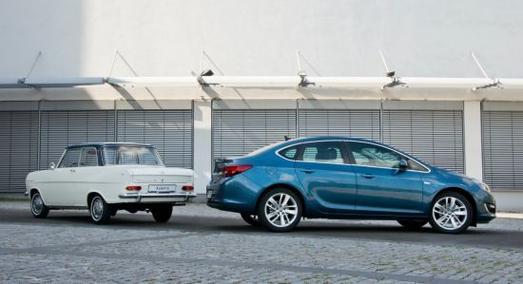 Fünfzig Jahre liegen zwischen dem Opel Kadett A (links) und der viertürigen Astra Limousine. Beide Fahrzeuge stehen für die eindrucksvolle Tradition von Opel-Limousinen in der Kompaktklasse. Die neue Astra Limousine feiert auf dem Automobilsalon in Moskau (29. August – 9. September 2012) ihre Weltpremiere. 1962 legte der Kadett A den Grundstein für die Erfolgsgeschichte von Opel bei kompakten Limousinen
