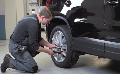 Bei Neuwagen ist ein Reifendruckkontrollsystem vorgeschrieben. Dafür müssen alle Reifen mit entsprechenden Sensoren ausgestattet sein. Diese lassen sich auch nachrüsten – etwa beim saisonalen Reifenwechsel im Frühjahr