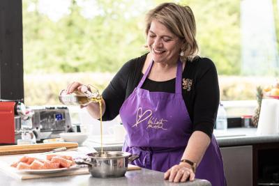 Suppe mit frischen Kräutern aus Lea Linsters Garten, gebeizter Lachs mit Toast und als Dessert Mandelhippen mit Sorbet - so lecker und mit nestwarmen Momenten zusammengestellt.