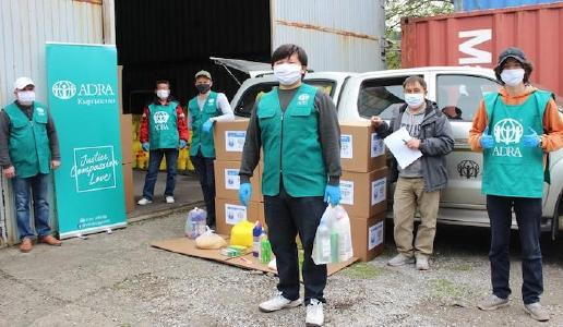 Hauptamtliche und ehrenamtlich Mitarbeitende von ADRA Kirgisistan bereiten Hilfsgüter zum Verteilen vor