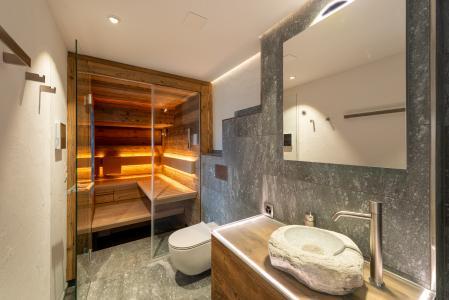 Das Highlight des neu gestalteten Badzimmers ist die maßgeschneiderte Sauna CASENA von KLAFS. Mit ihrer freischwebenden Winkelliege und der integrierten Glasfront zieht die CASENA zu Recht alle Blicke auf sich