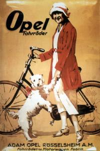 Werbeanzeige: 1928 posiert eine Dame mit Hut und Hund für die Opel-Fahrräder