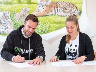 Unterzeichnung des Spendenscheck über 70.000 Euro an den WWF©Alexander Paul Brandes/WFF