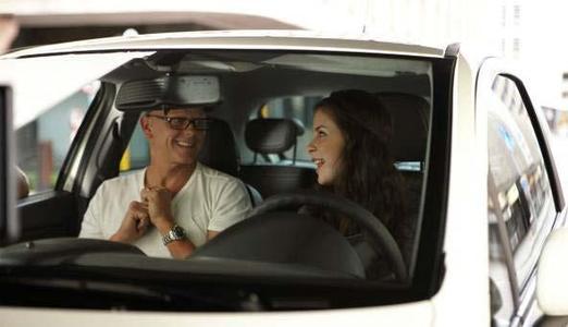 Opel startet die erste TV-, Print- und Online-Werbekampagne mit der Eurovision Song Contest-Gewinnerin Lena. Der TV-Spot wurde in Johannesburg, Südafrika, gedreht und hat seine Premiere am 20. Januar. Im Bild Lena bei den Dreharbeiten mit Regisseur Kim Geldenhuys