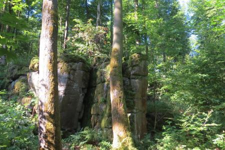 """Die """"Teufelskanzel"""": Ein markanter Naturstein, an dem die Ilbeshäuser vor langer Zeit einen fatalen Handel mit dem Teufel eingegangen sind. Foto: Susanne Jost, Vogelsbergkreis"""