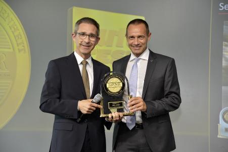 Opel ADAM bei J.D. Power auf Platz 1: Opel Deutschland-Chef Jürgen Keller (rechts) bekommt den Preis von Axel Sprenger, Head of European Operations bei J.D. Power / Foto: Adam Opel AG