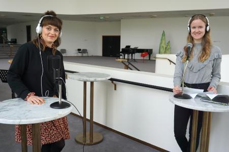 Start für den Podcast des Aalto-Theaters: In der ersten Episode unterhält sich Lea Röhrig (r.) aus der Presse- und Öffentlichkeitsarbeit mit Kostümassistentin Amelie Albrecht (l.)
