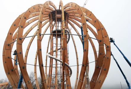 Die Grundkonstruktion der Kugel ist fertig gestellt. Sie besteht aus rund 880 Kubikmetern Fichten- und Lärchenholz, rund 200 Tonnen Stahl, rund 40.000 Schrauben und 18.000 Bolzen und Stabdübeln / Foto: obx-news/Karl Staedele