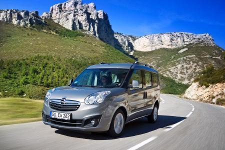 """Da finden auch die """"Großen"""" Platz: Der Opel Combo bietet bis zu 3.200 Liter Ladevolumen – bequem für Passagiere und Hunde im XL-Format wie Bernhardiner"""