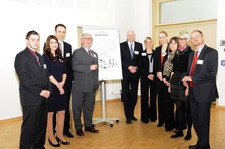 """Unterzeichneten in Lingen die """"Deklaration Praktikum"""": Tammo Gerdes von EWE (6.v.r.), Tabea Reich von Euro RSCG ABC (3.v.r.) und Dr. Christian Schröder von der LBS (r.) mit Studierenden der Hochschule Osnabrück sowie Prof. Dr. Christian Schwägerl (3.v.l.) und Prof. Dr. Achim Baum (4.v.l.)"""