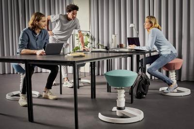 Neben kleinen Bewegungsimpulsen wie Spaziergängen in Pausen oder mit dem Rad zur Arbeit zu kommen, sorgt dynamisches Sitzen für mehr Bewegung im Büro. Aktiv-Stühle mit beweglichen Sitzflächen fördern automatisch unbewusste Haltungswechsel. / Bild: aeris/ AGR