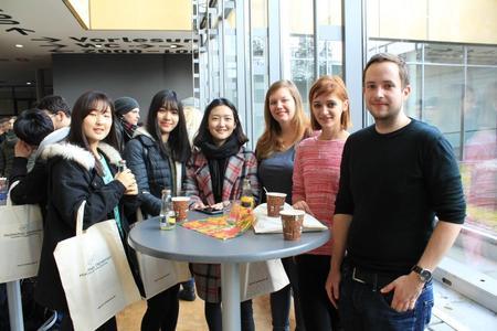 Die Buddies Matthias (r.) und Lisa (3.v.r.) helfen den Internationalen Studierenden (v.l.) Dasom, Fubin und Tiye aus Süd-Korea sowie Ania (2.v.r.) aus Polen bei Fragen rund um ihr Auslandsstudium an der Hochschule Osnabrück