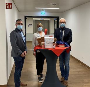 Prof. Dr. Nawid Khaladj (medizinischer Geschäftsführer), Manuela Dietz (Pflegedienstleitung) und Clemens Maurer (Geschäftsführer) bei der Übergabe von Smoothies und Schokoherzen an die Pflegekräfte