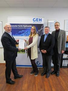 Übergabe des Audit-Zertifikates an die GEH-Geschäftsführung (von links): Wilhelm Depping (GEH), Julia Kümper, Gerhard Weil (GEH), Pero von Strasser (Foto: GEH Wasserchemie)