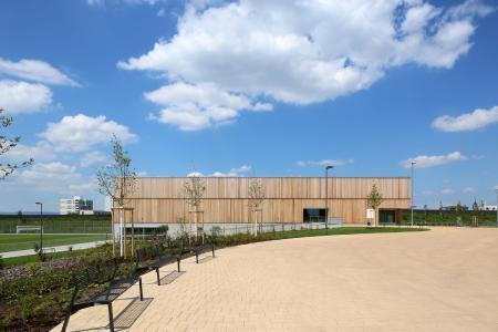 Rubner Holzbau: Dreifeld-Sporthalle in Frankfurt-Preungesheim - Schmuckstück aus Holz mit Skylineblick