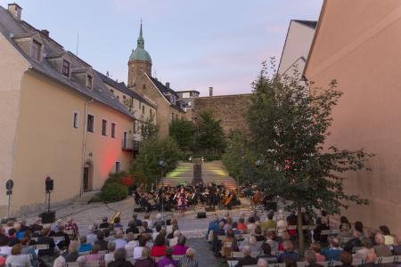 """""""Sommertanz"""" mit der Erzgebirgischen Philharmonie Aue an der St.-Annenkirche / Foto Sebastian Paul"""