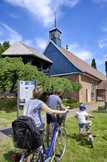 Familie per Rad an der St. Marien-Kirche in Heiligenstedten