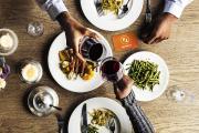 """Mit MomenZ zu zweit essen gehen und bei jedem Restaurantbesuch mit """"2for1""""- oder """"25%""""-Deals sparen."""